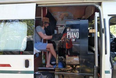 Joe Löhmann spielt Piano