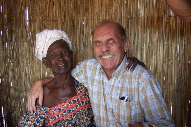 Mit 100 jähriger Dorfvorsteherin Im Senegal