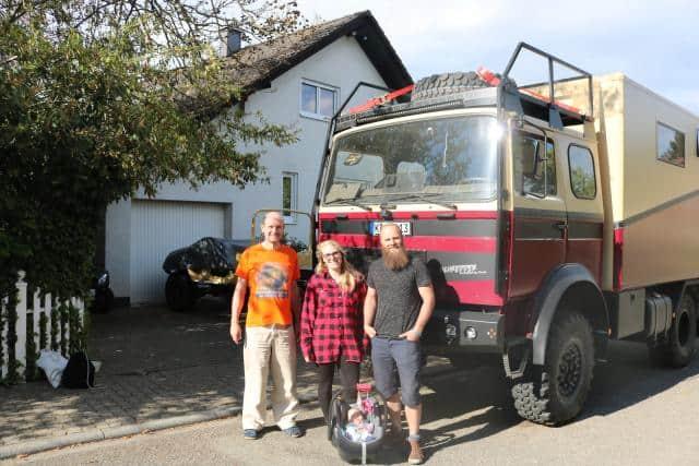 Ann-Katrin Jörg und Mitch vor Mitchs werdendem Expeditionsmobil